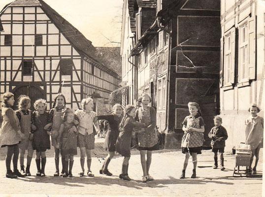 Kinder auf dem Bauhof (die Scheuen im Hintergrund musste dem heutigen Parkplatz (neben der BB) weichen