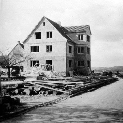 Wiederaufbau des ehemaligen von Wehrdenschen Wohnhauses, heute Sohnreystr. 5. Davor: Der erste Zimmerplatz der Firma Lotz, 1950er Jahre