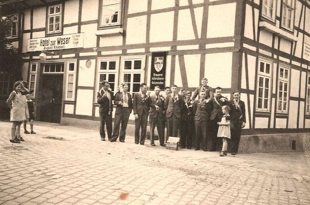 Zurück von der Musterung aus Göttingen ( nur zwei kamen aus dem Krieg zurück) Die Musterung war am 01.06.1940 in GÖTTINGEN.