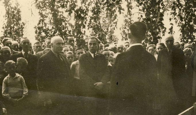Auf dem Friedhof, rechts Heinrich Könecke