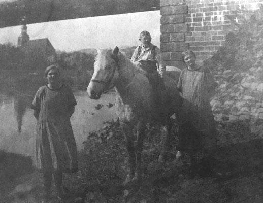 Luise, Otto und Ida Schwabe an der Weser ca.1924.
