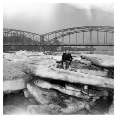 Eisschollen auf der Weser / Im Hintergrund die erste Weserbrücke
