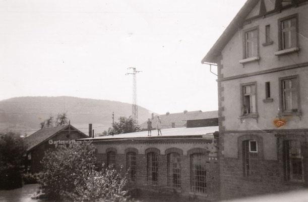 Kinder spielen auf dem Dach des E-Werks 1943