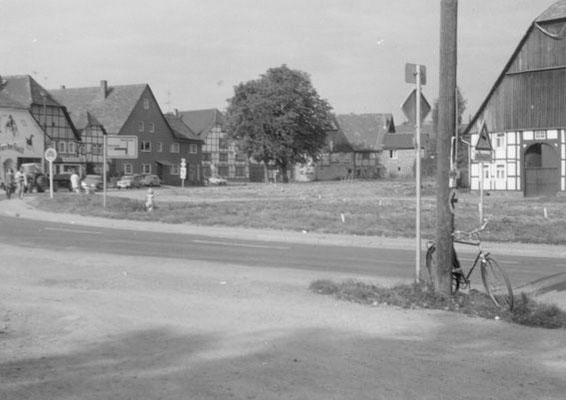 Bahnhofstrasse Anfang der 70er Jahre,  Gehöfte Knüppel und Grote sind bereits abgerissen, der Kurvenbereich ist schon für die neue Straße abgesteckt und der Pferdestall ist bereits Gaststätte.