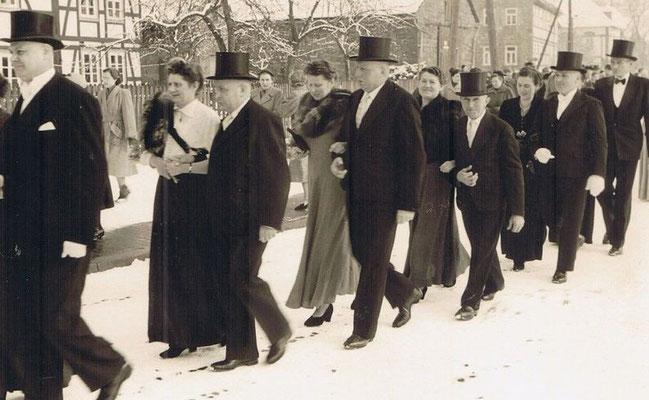 links im Bild Ernst Stibor (nicht zu sehen seine Frau Gertrud Stibor, geb. Pieper) dahinter ihre Schwester Lina Wiese geb. Pieper mit Mann Fritz Wiese, dahinter ihre Schwester Frida Steingrebe, geb. Pieper, mit Mann Friedrich Steingrebe