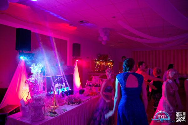 Hochzeit bei Hersemeier in Loxstedt-Hohewurth - DJ Arbeitsplatz auf der Bühne und Geschenketisch davor