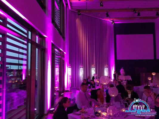 Hochzeit im Deutschen Auswandererhaus Bremerhaven - mit unserer Ambiente Lichttechnik wunderschöne in Szene gesetzt