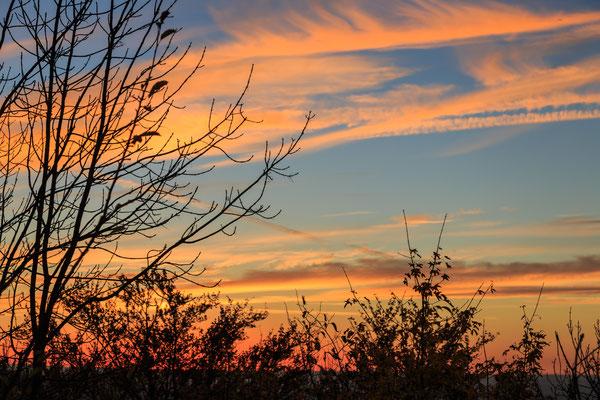 Ein wunderschöner Sonnenuntergang zur blauen Stunde.