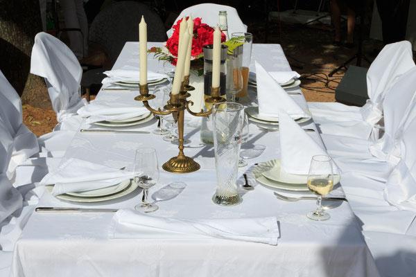 Ein gedeckter Tisch in stimmungsvollem Ambiente.
