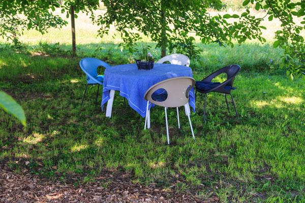 Ein gemütlicher Sitzplatz für Geschichten im Garten.