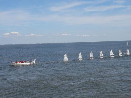Das Börteboot FREYA bringt die Teilnehmer und ihre Boote in die Grimmershörn-Bucht, Foto: Margrit Erkner