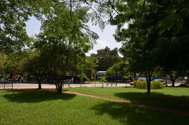 Park neben dem Bahnhof.