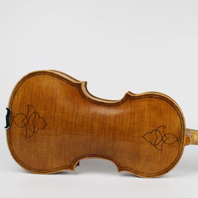 Maggini Violinen haben oft einen reich verzierten Boden und klingen im Vergleich zu anderen Geigen deutlich dunkler, kräftiger und voller.