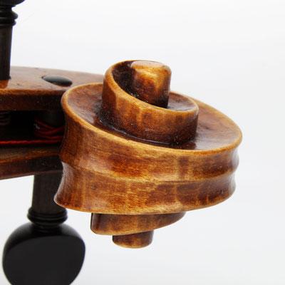 Deutscher Geigenbauer spezialisiert auf Bratschen in allen Größen. Hier finden Sie das richtige Profi Instrument zu günstigen Preisen