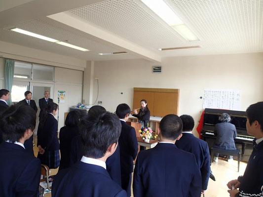 最後に生徒の皆さんが歌う校歌と一緒に演奏させていただきました。