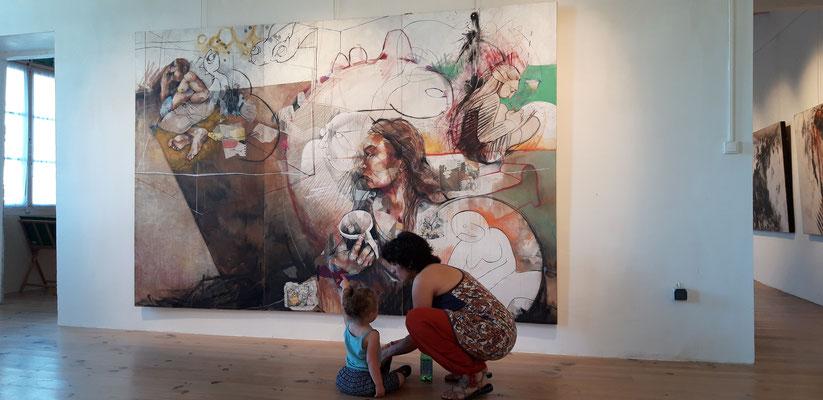 """Vue de l'exposition à l'Espace Art Point de vue, Lauzerte. Juin 2019. """"Couple, canapé, elle pense"""", 2016, 200x300cm, technique mixte sur bois."""
