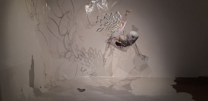 Vue de l'installation à l'Espace Art Point de vue, Lauzerte. Juin 2019. Sculpture mobile (plexiglas et papiers + peinture) et dessin mural (fusain et graphite).