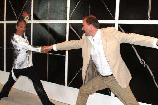 """Robert SWINSTON, directeur du Centre National de la Danse Contemporaine (CNDC), François-Xavier ALEXANDRE (à l'occasion de la création de """"FX"""", première création chorégraphique de Robert SWINSTON en Europe. (2013)"""