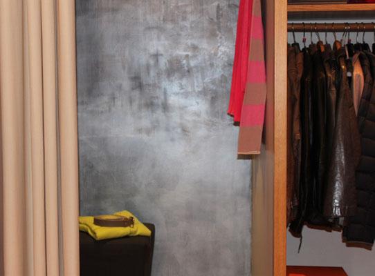 Silberne Wand in einer Umkleide in einer Boutique in München