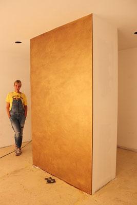 Gemalte Goldwand für das Modegeschäft Trachten Angermaier