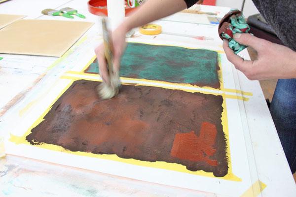 Eine Teilnehmerin aus dem Seminar gestaltet eine Rostoberfläche