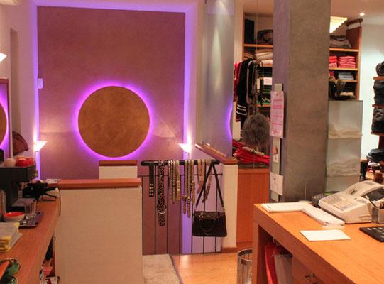 Shop Design - Goldwände und individuell angefertigte Goldlampen