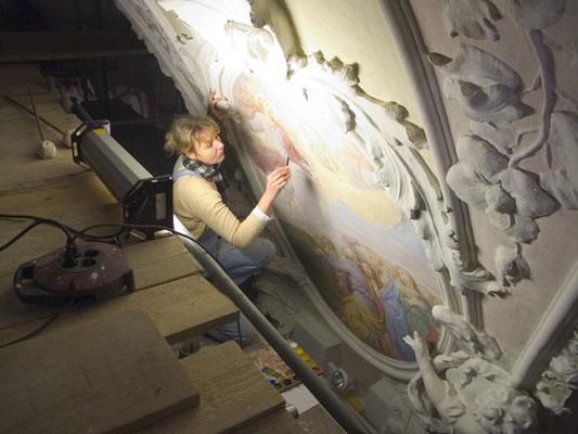 Bei der Restauration eines Freskos in einer Kirche