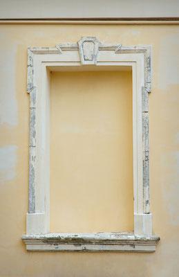Graue Marmormalerei an einer Fenstereinfassung