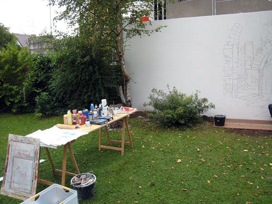Das Motiv, ein Torbogen wird an die Gartenmauer übertragen