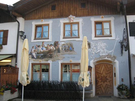 Eine Fassadenmalerei macht jedes Gebäude zu einem unvergesslichen Bauwerk