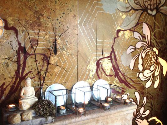 Goldwand in einem Restaurant mit linearen und floralen Design