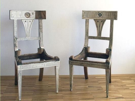 Zwei Empire Stühle werden neu gefasst