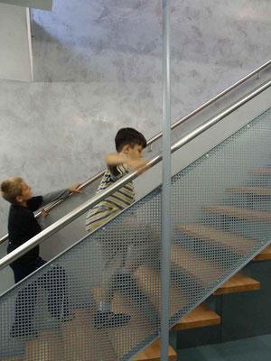 Klassiche Glättspachteltechnik an einer Wand von einem Treppenaufgang