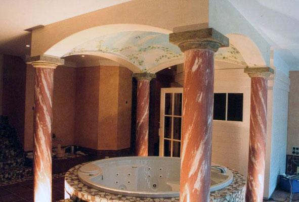 Marmorierte Säulen stützen den gemalten Himmel. Bald kann der Blick im Whirelpool liegend in die Ferne schweifen
