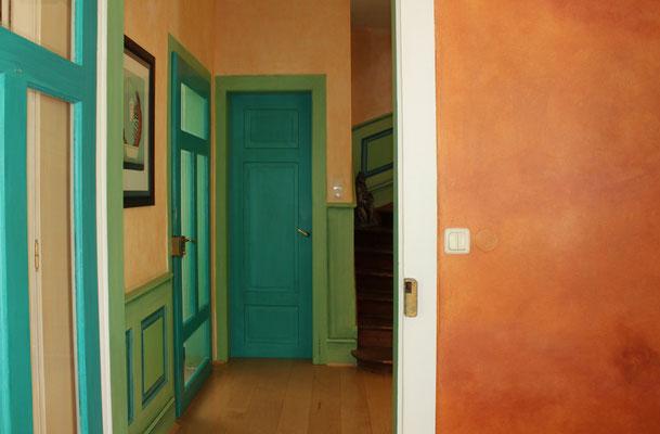 Farbgestaltung in kräftigen Türkis und Orangetönen
