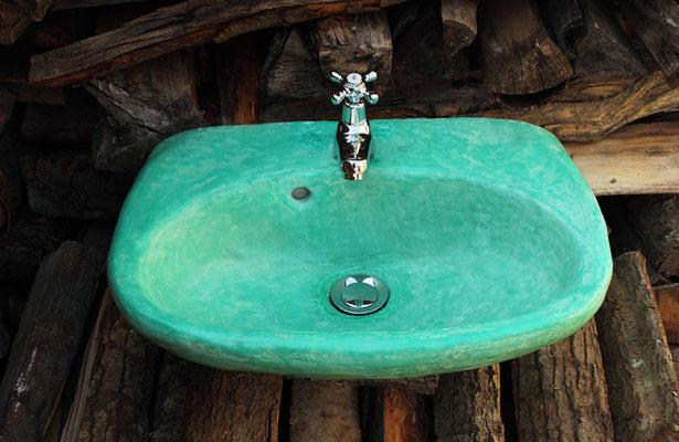 Auch Keramiken wie dieses Waschbecken können mit Tadelakt überzogen werden.