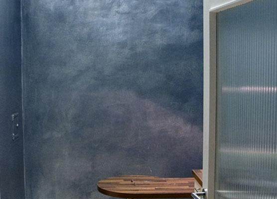 Metallische Wände bleifarben
