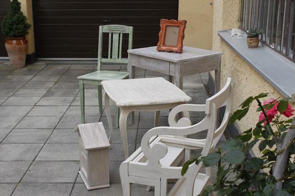 Stühle, Bänke und Tische, jedes bemalte Möbel, ein Einzestück