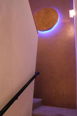 Wandgestaltung der besonderen Art, Goldlampe mit blauen Licht