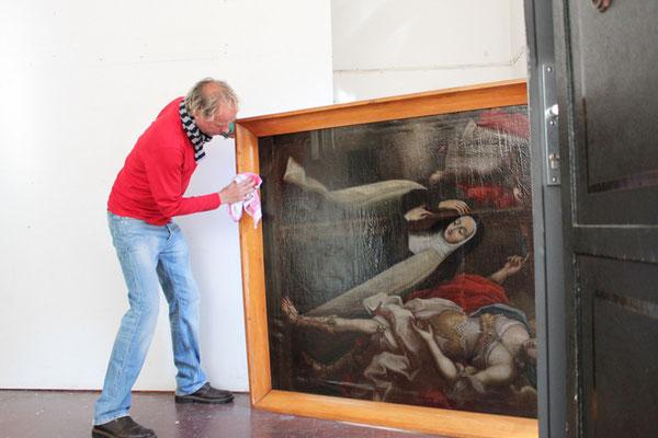 Der Restaurator René Claus von Aufwind poliert noch ein bißchen den Rahmen...