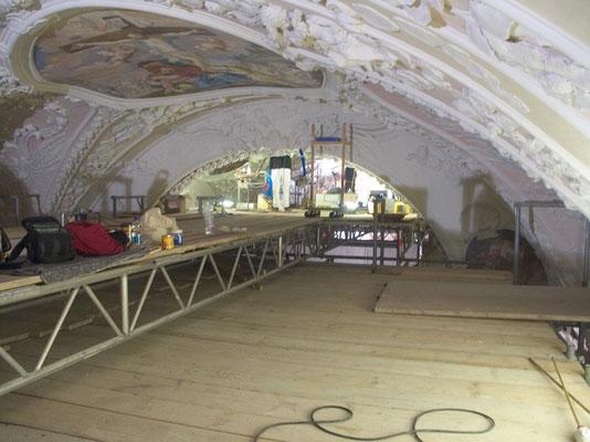 Hochoben auf dem Gerüstboden bei der Restauration von Fresken