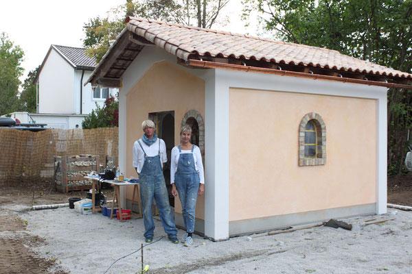 Aus neu mach alt. Mit historischen Materialien und alten Maltechniken wird eine Atmosphäre wie in der Toskana erzeugt