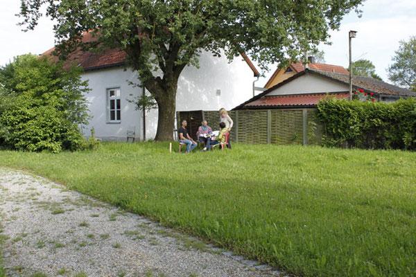 Im Garten der Malschule können die Teilnehmer unter einer 200 Jahre alten Eiche relaxen.