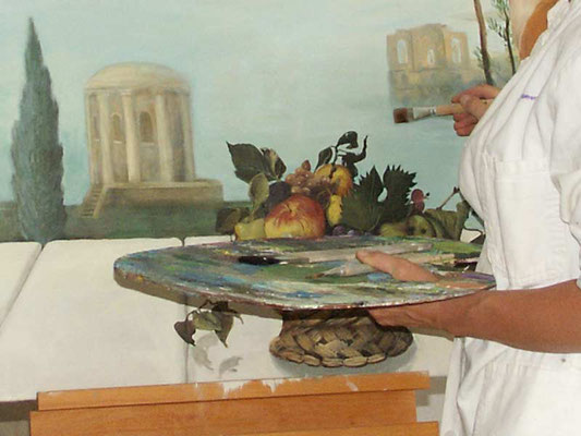 Für das Griechische Wandbild mit Obstkorb wählt die Wandmalerin eine dezente, zurückhaltende Farbpalette