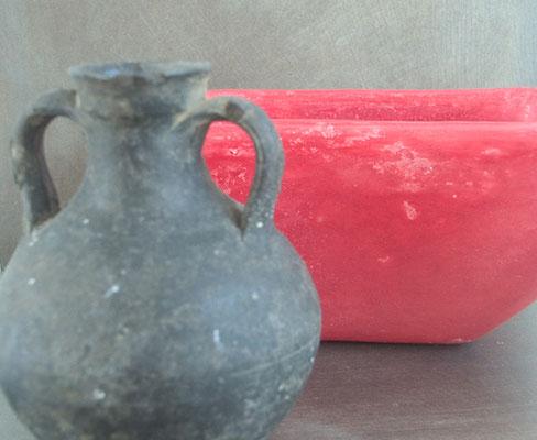 Gegenstände wie Vasen, Waschbecken oder Schalen können mit Tadelakt bearbeitet sehr dekorative Blickfänge werden