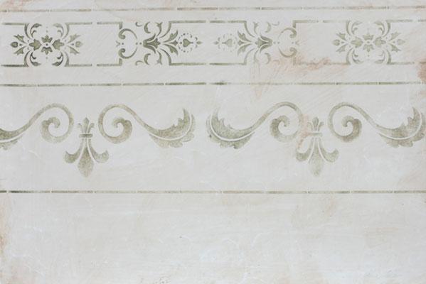 Floraler klassischer Fries, eine Bordüre in Olivgrün auf leicht gewolkter Wischtechnik, sandfarben
