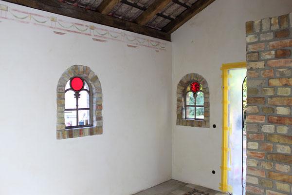 Die Wände wurden mit Silkatfarben leicht lasiert.