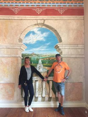 Hier sind wir mal wieder in die Toskana gefahren. Zum Glück war es nicht so weit, denn der Torbogen mit Aussicht wurde von uns in München gemalt