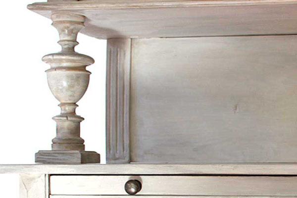 Der Charakter des Holzes, der Form und des Möbelstils wird betont und veredelt. Die fertige Bemalung läd zum Anfassen ein