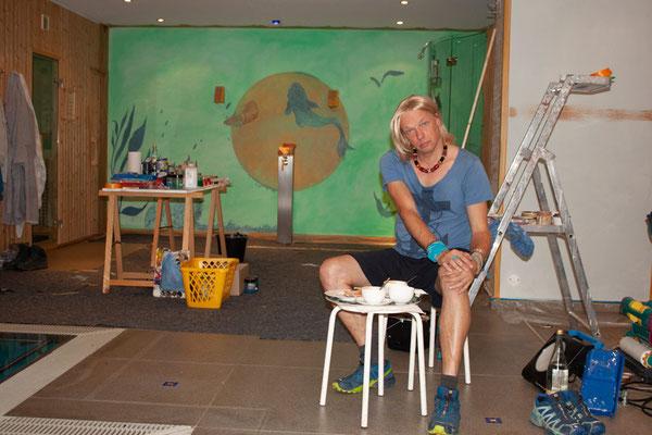 Eine grüne Aqariums-Wand wird vom Atelier Alina Cesár gemalt